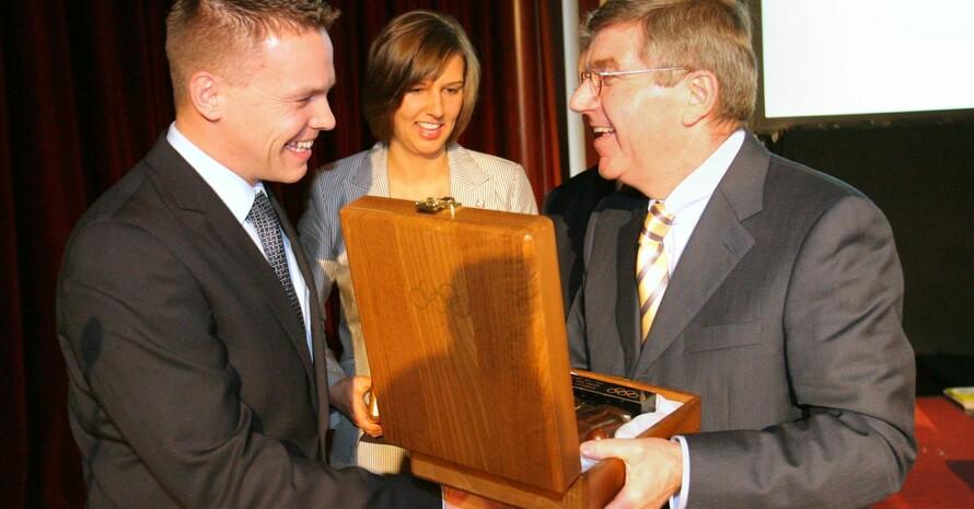 DOSB-Präsident Thomas Bach freut sich mit Christiane Wenkel und Paul-Wedeleit, die bei der Mitgliederversammlung am 6. Dezember 2008 die IOC-Trophy entgegen nehmen. Foto: Bernd Wüstneck