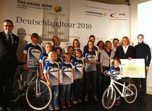 Birgit Prinz (ganz re.) zeichnete u.a. den SV Kirchdorf/Iller für seine erfolgreiche Nachwuchsarbeit aus. Foto: www.dasgrueneband.de