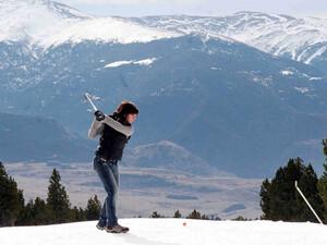 Wenn die Golfpätze nicht bespielbar sind, kann zur Not auch in den Schnee ausgewichen werden. Copyright: picture-alliance