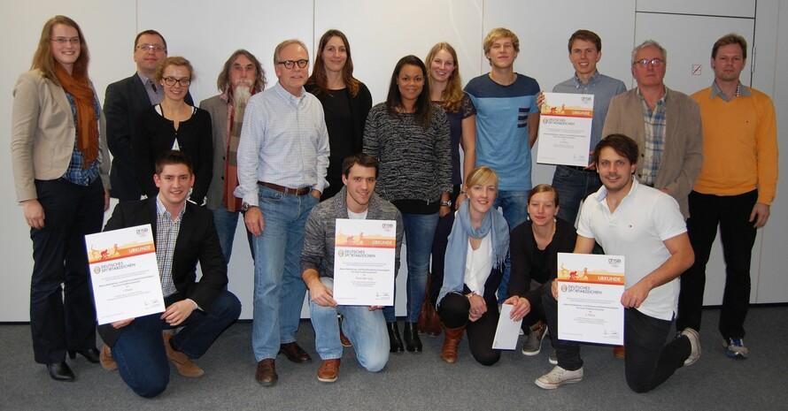 Die ausgezeichneten Studentinnen und Studenten sowie die Vertreter der Jury stellen sich in der DOSB-Zentrale in Neu-Isenburg zum Gruppenbild. Foto: DOSB