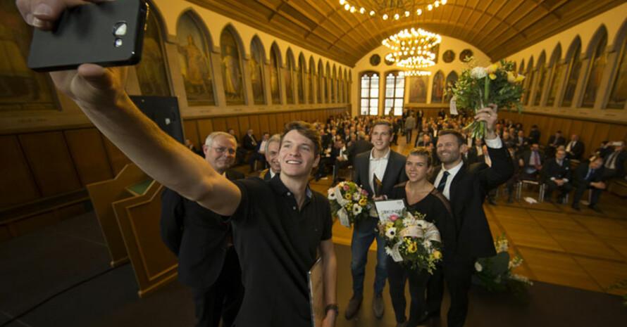 Die Elitschüler schießen noch ein Erinnerungs-Selfie im Kaisersaal des Frankfurter Römer. Fotos: DOSB/Chris Christes
