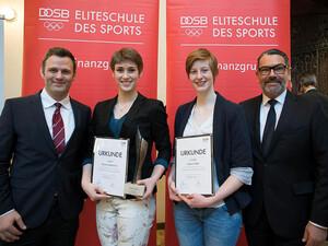 Die Eliteschüler des Jahres sind Pauline Grabosch (2. v.l.) und Jessica Tiebel (3. v.l.) mit DOSB-Vizepräsident Ole Bischof (l.) und Michael Rüdiger, Vorstandsvorsitzender der DekaBank.