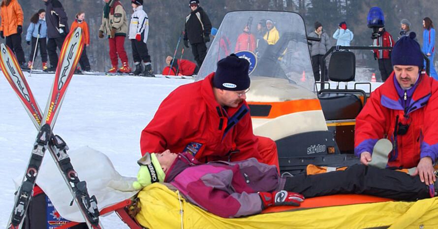 Die Zahl der Skiunfälle steigt zwar leicht, bleibt aber konstant niedrig. Foto: picture-alliance