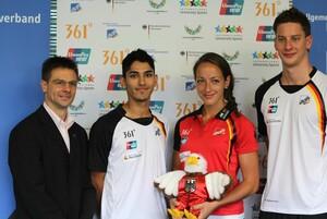Delegationsleiter Olaf Tabor, Sasan Dalirnejad, Anna Battke und Jan-Philip Glania (v.l.) und das Teammaskottchen sind startklar für die Universiade. Foto: adh