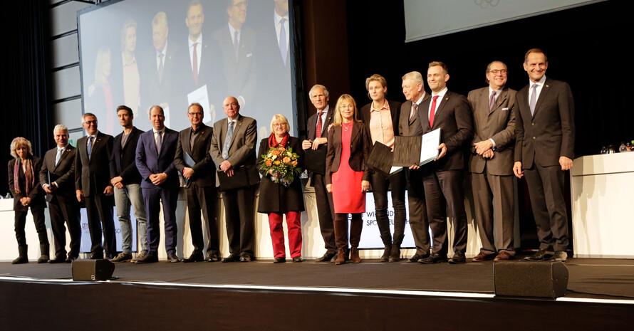 Gruppenbild aller Ehrennadel-Träger mit ihren LAudatoren; Foto: DOSB/Ulla Burghardt