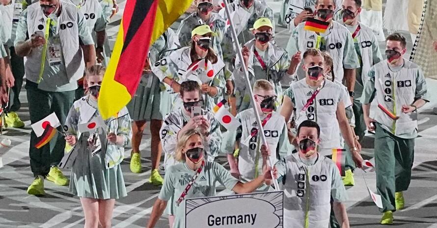 Das deutsche Fahnenträger-Duo Laura Ludwig und Patrick Hausding beim Einmarsch der Nationen ins Tokioer Olympiastadion. Foto: picture-alliance