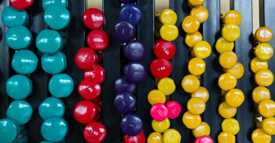 Kleine Hanteln können vielfältig im Gesundheitssport eingesetzt werden. Foto: Jörg Obernolte