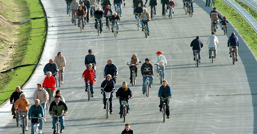 Radwandern auf der Ostsee-Autobahn A 20 am Tag der Deutschen Einheit 2004, Copyright: picture-alliance/dpa