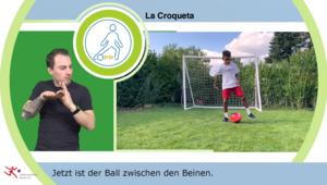 Szene aus einem der Videos mit Untertitel und Gebärdensprachdolmetscher im Vordergrund: ein Junge steht mit einem roten Ball im Tor