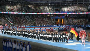 Minsk 2019: Lisa Unruh führt das European Games Team Deutschland ins Dinamo-Stadion (Foto: DOSB)