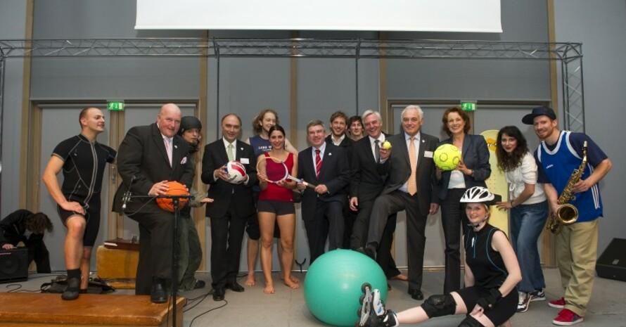 Die Living Dolls von der Deutschen Sporthochschule Köln sorgten für die Unterhaltung beim Parlamentarischen Abend des Deutschen Sports in Berlin und bekamen für ihre amüsanten Auftritte viel Applaus. (c) LSB NRW, Foto: Andrea Bowinkelmann