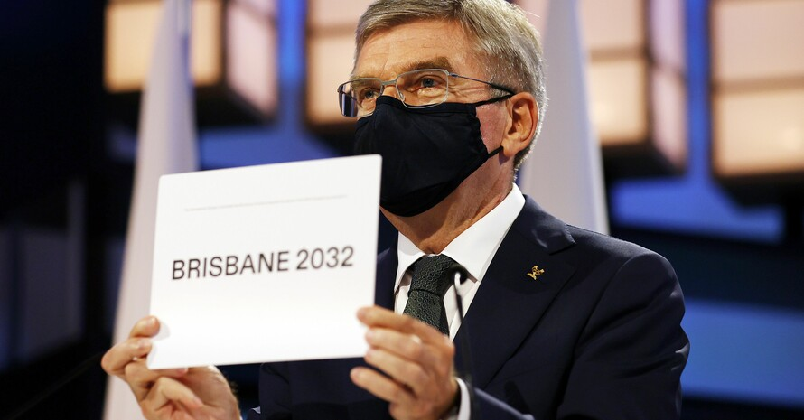 IOC-Präsident Thomas Bach hält den Zettel mit dem Namen der Olympiastadt 2032 in die TV-Kameras. Foto: picture-alliance