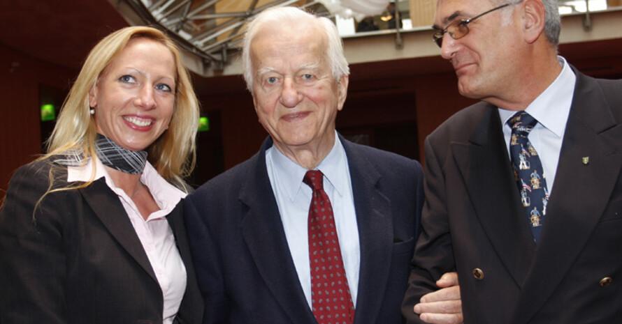 Esther Joost von der Raiffeisenbank Plön, der ehemalige Bundespräsident Richard von Weizsäcker und Johannes Andresen vom SRSV Plön (v.l) bei der Siegerehrung.