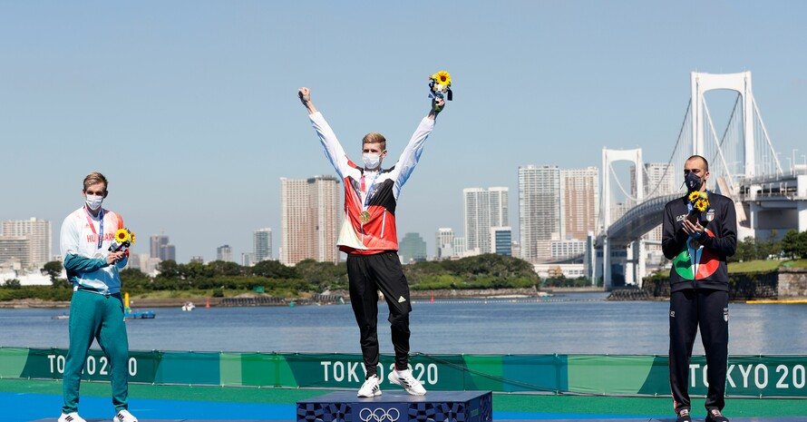 Seht her, ich kann auch Gold! Nach Bronze im Becken holt sich Florian Wellbrock im 10km-Freiwasserschwimmen im Odaiba Marine Park in Tokio den Olympiasieg. Foto: picture-alliance