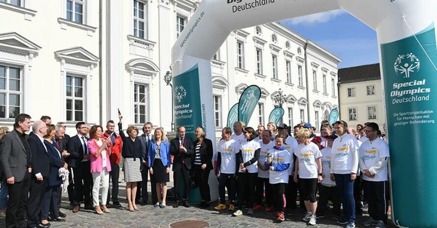 Schirmherrin Elke Büdenbender gibt am Schloss Bellevue den Startschuss zum Fackellauf in Berlin. Foto: SOD/Juri Reetz
