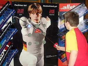 Jeder kann am fecht.mobil versuchen einen Treffer gegen Florettweltmeister Peter Joppich zu erzielen. Bild: www.fechtmobil.org