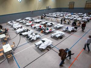 Flüchtlingsunterbringung in Sporthallen soll bald der Vergangenheit angehören. Foto: picture-alliance