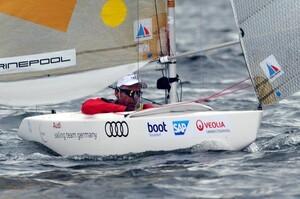 Der deutsche Segler Heiko Kröger segelt 2013 in der 2.4mR-Klasse für Behinderte auf der Ostsee vor Kiel-Schilksee bei einer Wettfahrt im Rahmen der Kieler Woche. Foto: picture-alliance