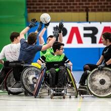 Menschen mit und ohne Behinderung spielen Rollstuhlrugby