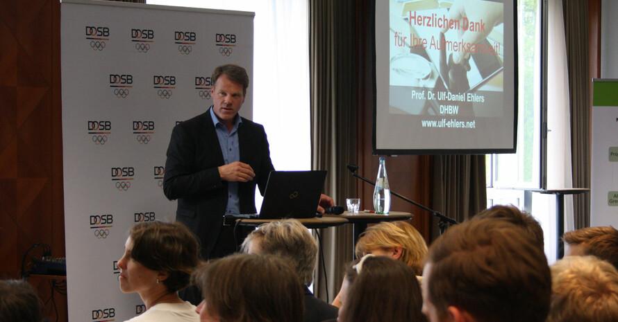 """Prof. Dr. Ulf-Daniel Ehlers bei seinem Vortrag zu """"Digitale Aus- und Weiterbildung der Zukunft: Qualitätsentwicklung durch digitale Transformation"""". Foto: DOSB"""
