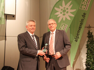 DOSB-Generaldirektor Michael Vesper (r.) überreicht den Preis an DAV-Präsident Josef Klenner. Foto: DAV/Georg Hohenester