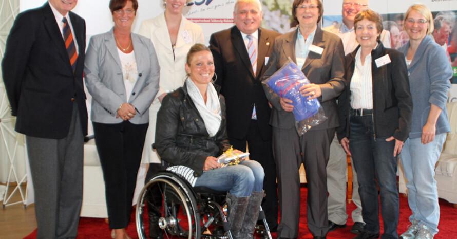 DOSB-Vizepräsidentin Ilse Ridder-Melchers (4. v.r.) eröffnete die FrauenSportWochen beim VfL Pinneberg. Foto: Silke Grahn