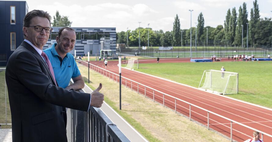 Der Präsident der Leibniz Uni Hannover Dr. Volker Epping (vorne) glaubt an den Erfolg (Foto: Lukas Herbers)