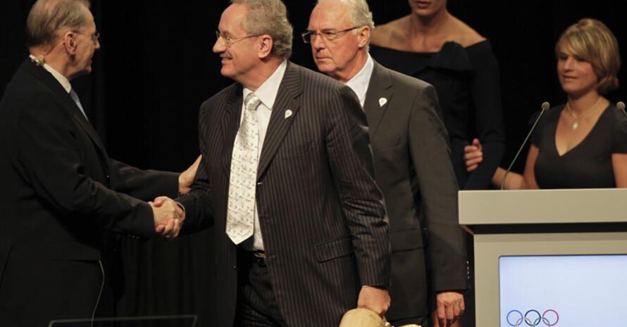 IOC-Präsident Jaques Rogge gratuliert der Münchner Delegation zur gelungenen Präsentation: Jaques Rogge, Christian Ude, Franz Beckenbauer, Maria Höfl-Riesch und Verena Bentele (v.l.). Foto: picture-alliance