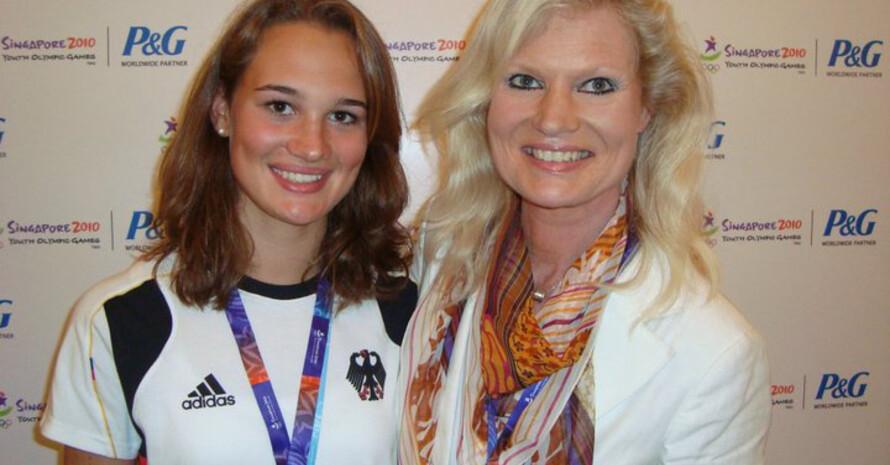 Die 15-jährige Constanze Stolz (hier mit ihrer Mutter) gewinnt Bronze. Foto: SYOGOC
