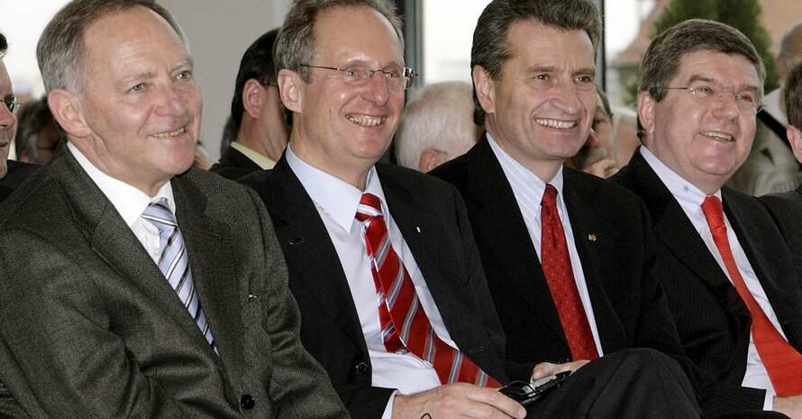 Bundesinnenminister Dr. Wolfgang Schäuble, Oberbürgermeister Wolfgang Schuster, Ministerpräsident Günther Oettinger und DOSB-Präsident Dr. Thomas Bach auf dem Integrationskongress in Stuttgart (v.l.). Copyright: picture-alliance/dpa