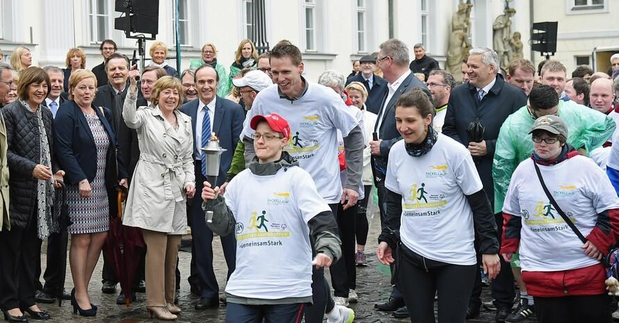 Daniela Schadt (3.v.li.) gibt das Startsignal zum Fackellauf der Special Olympics. Foto: SOD/Juri Reetz