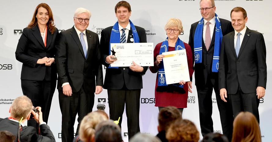 Die Vereinsvertreter des TV Erlangen auf großer Bühne in Berlin mit BVR-Präsidentin Marija Kolak (l.), Bundespräsident Frank-Walter Steinmeier (2.v.l.) und DOSB-Präsident Alfons Hörmann (r.). Foto: picture-alliance