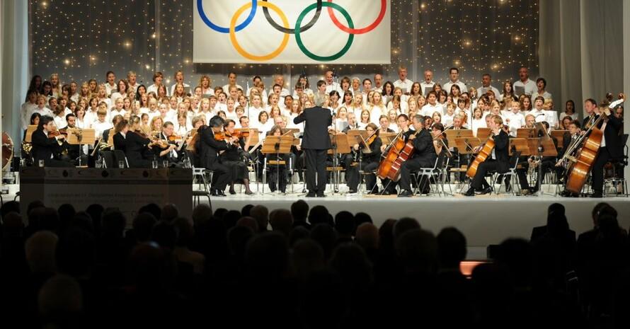 Das Orchester und ein Chor spielen und singen die Hymne des Olympischen Kongresses von 1981, komponiert von Leonard Bernstein. Alle Fotos: Jan Haas/picture-alliance