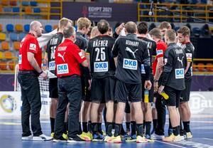 Im Spiel gegen Brasilien bei der WM in Ägypten (hier in einer Auszeit) spielte die deutsche Handball-Nationalmannschaft in schwarzen Trikots. Foto: picture-alliance