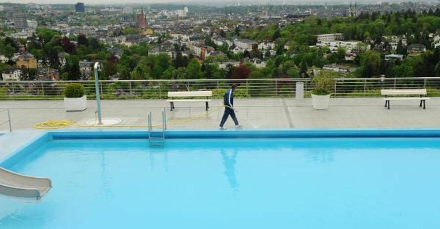 Besucher des Opelbads auf dem Neroberg in Wiesbaden genießen ein weiten Ausblick. Foto: picture-alliance