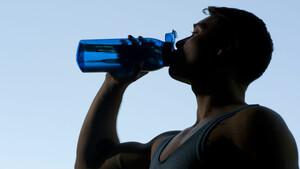 Gerade bei Hitze und beim Sport ist besonders wichtig zu trinken. Foto: picture-alliance