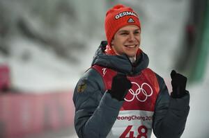 Jubel nach Mitternacht: Andreas Wellinger feiert den Olympiasieg nach aufreibendem Wettkampf (Foto: Picture Alliance)
