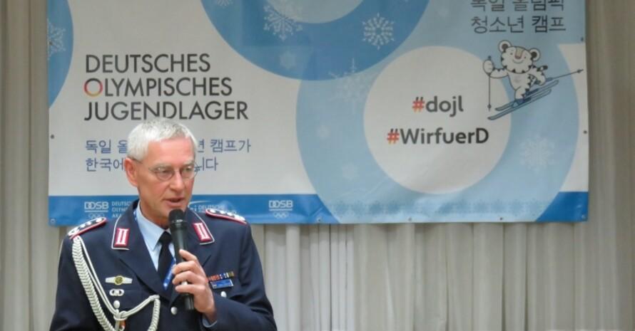 Oberst Dieter Dreyer, Militärattaché der Deutschen Botschaft, vertiefte anschließend das neu gewonnene Wissen.