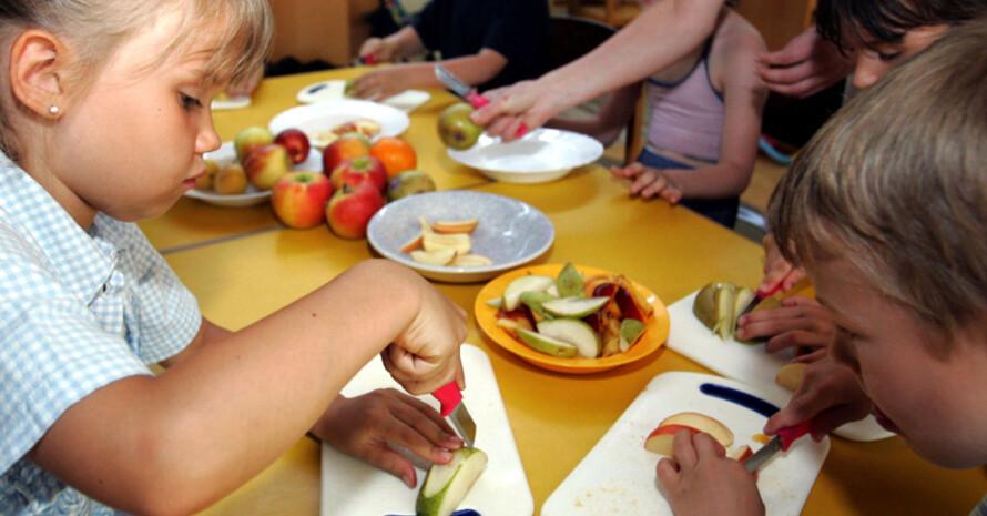 Ein gesunder Lebensstil sollte schon im Kindergarten vermittelt werden. Copyright: picture-alliance