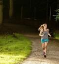 Joggerin läuft im Wald. Foto: DOSB/Frank Molter