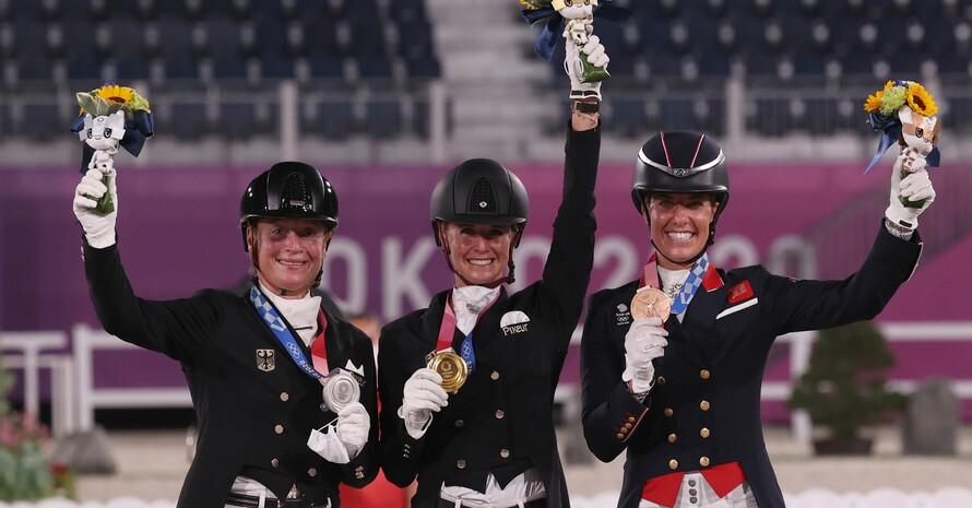 Siegerehrung Dressur: Jessica von Bredow-Werndl (m.) holt Gold vor Isabell Werth (li.) und Charlotte Dujardin aus Großbritannien. Foto: picture-alliance