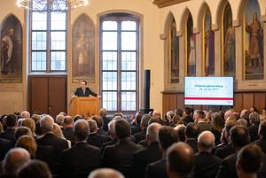 Über die Werte des Sports: DOSB-Präsident Alfons Hörmann begrüßt die Gäste im Kaisersaal (Foto: Picture Alliance)