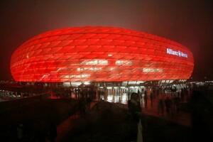 Nachts bietet die beleuchtete Allianz Arena eine einzigartige Kulisse. Foto: picture-alliance