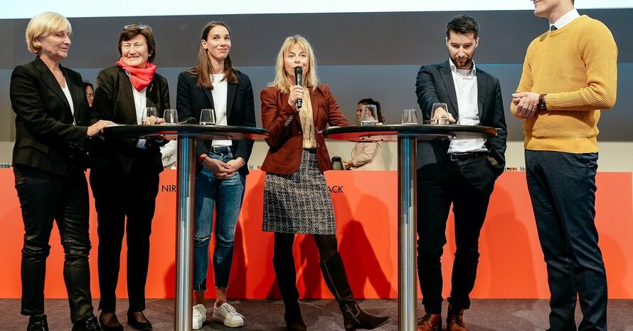 Petra Tzschoppe (m.) moderierte die Gesprächsrunde zum Thema TrainerIN Sportdeutschland (v.li): Ulla Koch, Uschi Schmitz, Dorothea Brandt, Jonathan Koch, Luca Wernert; Foto: DOSB / Jan Haas