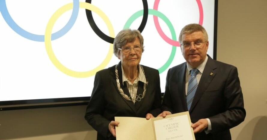 Ilse Bechthold wurde 2016 im DOSB mit dem Olympischen Orden ausgezeichnet - überreicht durch den IOC-Präsidenten Thomas Bach. Foto: DOSB