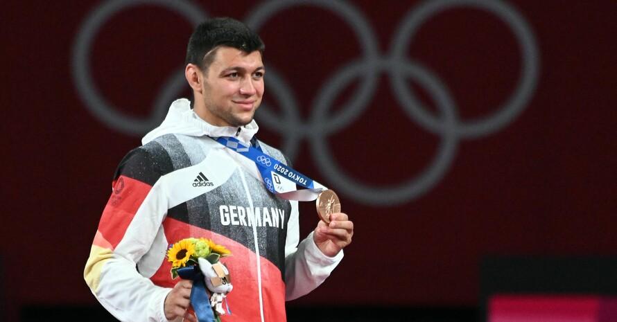 Denis Kudla zeigt stolz seine Bronzemedaille. Foto: picture-alliance