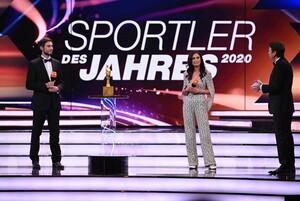Maximilian Hartung und Denise Schindler mit Moderator Rudi Cerne (v.l.) nahen die Auszeichnung stellvertretend für Team Deutschland und Team Deutschland Paralympics entgegen. Foto: picture-alliance