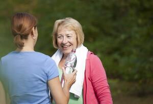 Besonders während und nach sportlicher Betätigung sollten ältere Menschen ausreichend trinken. Foto: picture-alliance