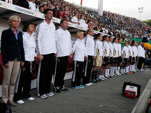 Silvia Neid (l.) bleibt noch bis 2016 Trainerin der Frauen-Fußball-Nationalmannschaft. Foto: picture-alliance