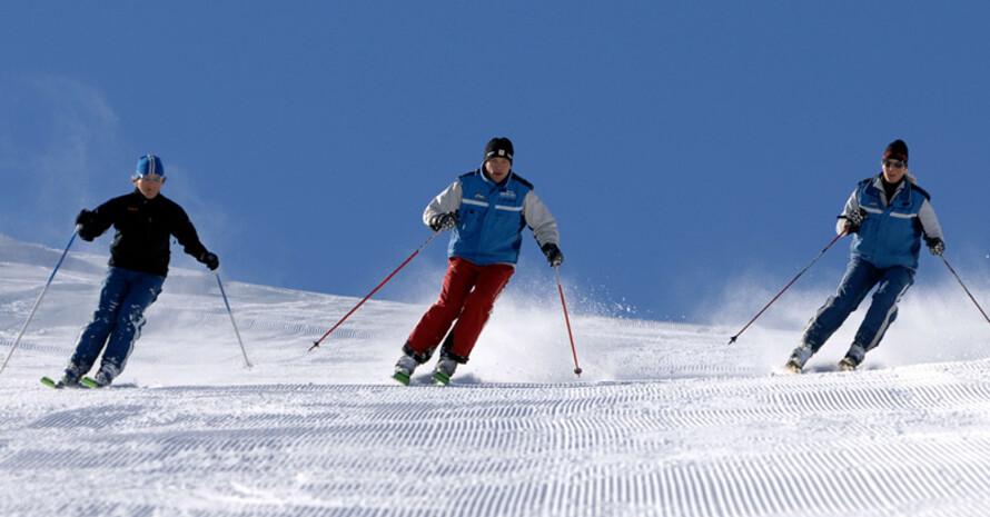 Ein beliebter Urlaubssport: Skifahren. Copyright: picture-alliance